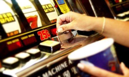 Azzardopatia. Sale gioco e macchinette slot vietate entro 500 metri da scuole e luoghi sensibili. Entro sei mesi le mappature dei Comuni.