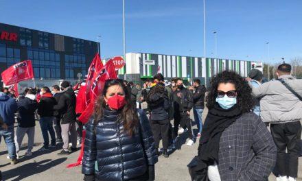 Nadia Rossi allo sciopero Amazon indetto da FILT-CGIL Rimini